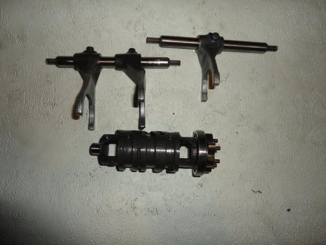 /yamaha/YZF_R6_2003_2004/Двигатель: вал копирный (выбора передачи) КПП 5SL-18540-00-00 с вилками 5SL-18511-00-00 / 5MT-18512-00-00 / 5EB-18513-00-00 и осями вилок 4XV-18531-00-00 x 2.