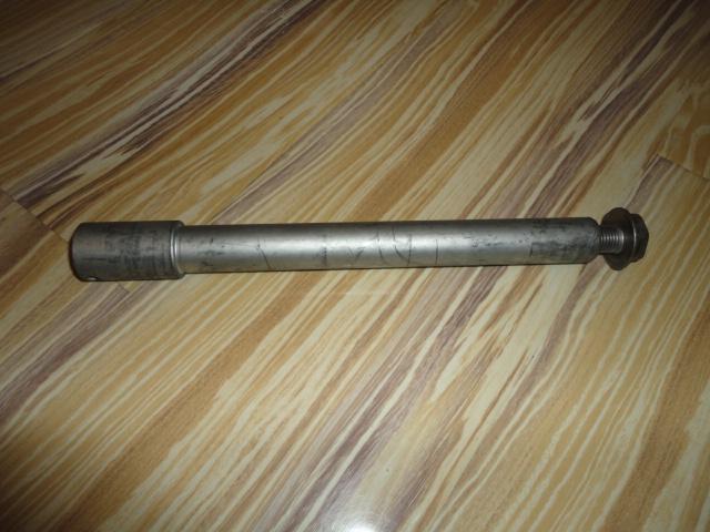 /honda/CBR_600_rr_2005_2006/Ось переднего колеса 44301-MEE-D00 с болтом 90305-ML7-000.